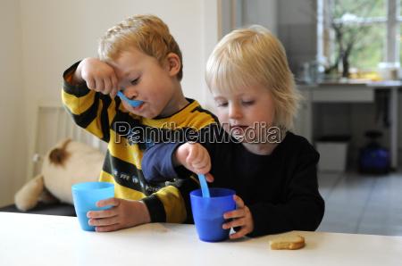 beber bebida jovenes ninyo ninyos comun