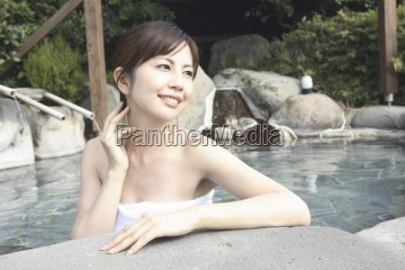 mulher japonesa imersao do banho ao