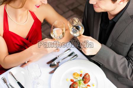 mujer restaurante comida cena almuerzo en