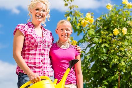 familia com jardinagem em frente de