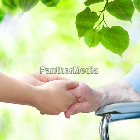 mulher senior na cadeira de roda