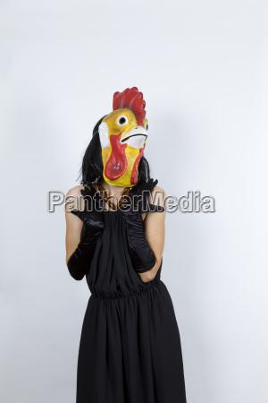 mulher anonimo vestido de noite mascara