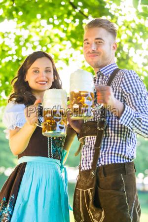 pareja de alemanes en traje tradicional