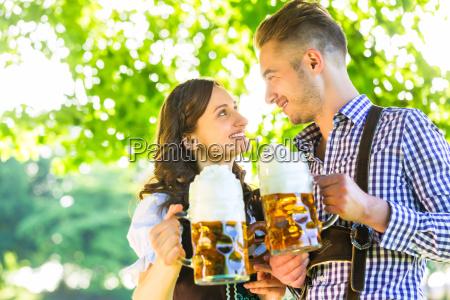 pareja de alemanes en traje con