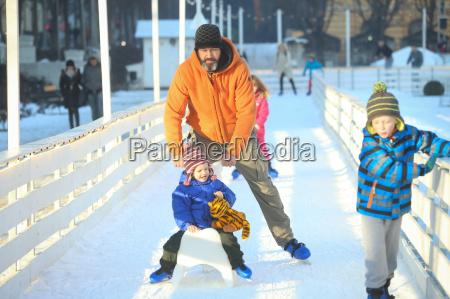 patinagem no gelo homem com filho