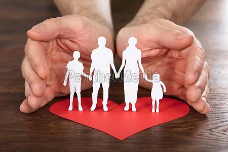 mano hijo comunidad proteger pueblo papel